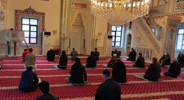Türkeli'de fiziksel mesafeli ilk cuma namazı