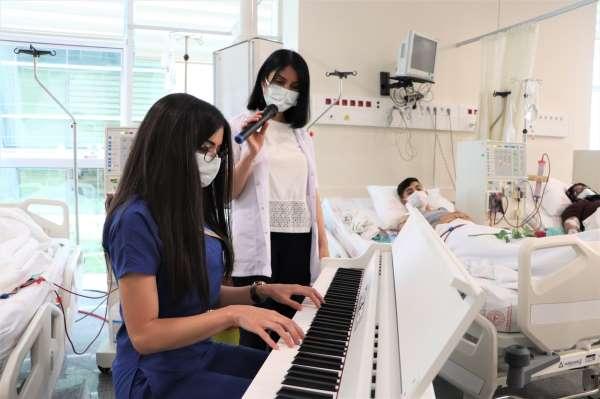 Başhekim ve hemşirelerden hastalara müzik ziyafeti