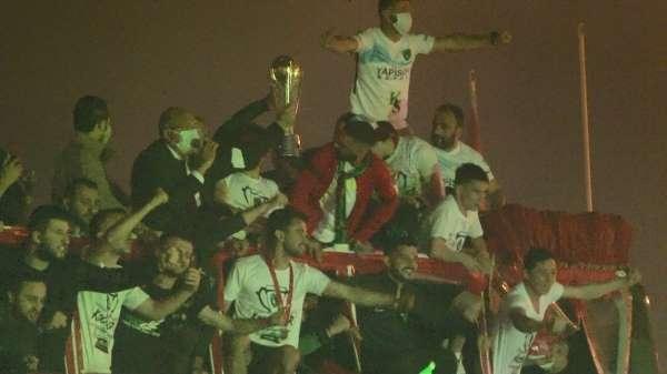 Kocaelispor şampiyonluk kupası ile şehir turu attı