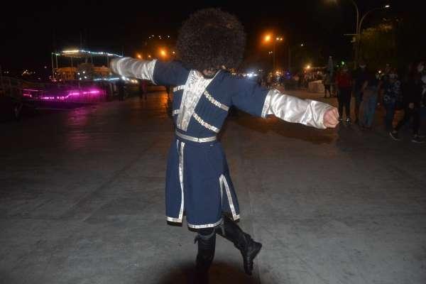 Azeri genç halk dansı gösteriyle izleyenleri mest ediyor