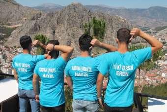 Kadına şiddete karşı tişörtlü farkındalık