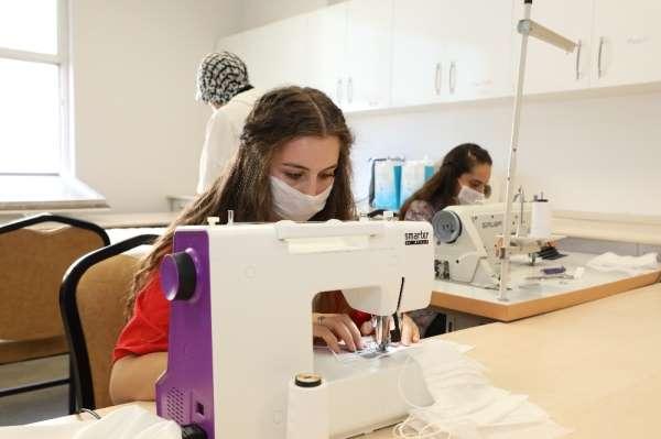 Kayseri Üniversitesi'nde Yaz Dönemi Uygulamalarında Öğrenciler Maske Üretimi Yap
