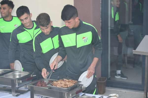 Bursasporlu oyuncular mangal partisinde moral depoladı