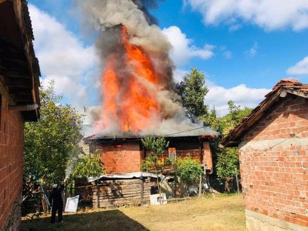 Boyabat'ta yangında bir ev kül oldu