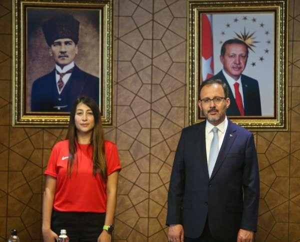 Bakan Kasapoğlu dünya rekortmeni Fatma Uruku kabul etti