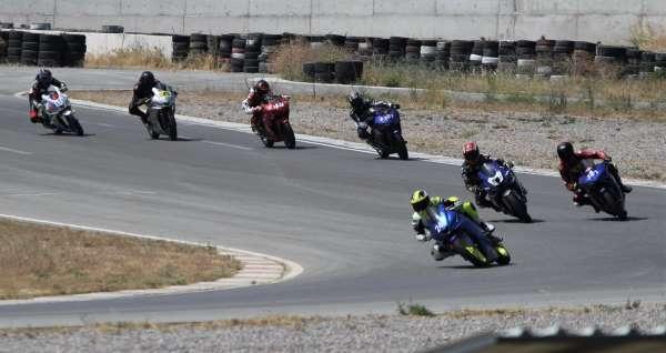 İzmirde kadın motosikletçiler piste çıktılar, mest ettiler