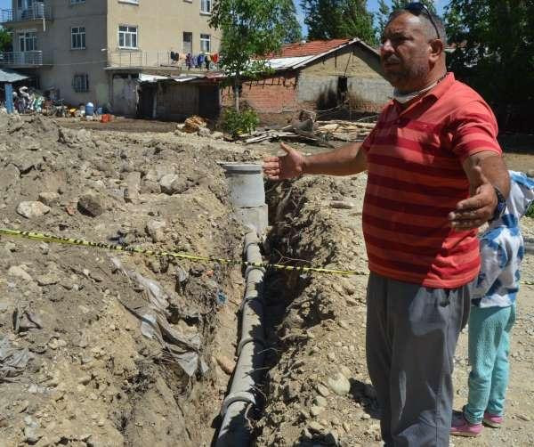 Kepçe operatörü kanalizasyon hattı kazarken tarihe çarptı