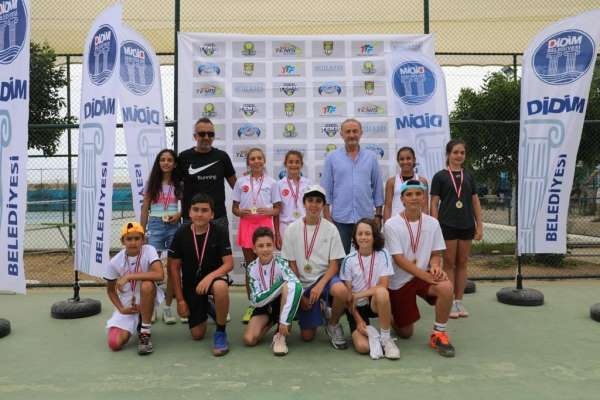 Tenisçiler ödüllerini Atabayın elinden aldı