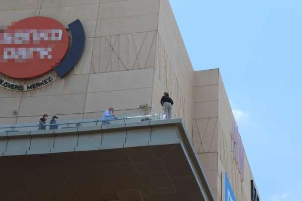 Alışveriş merkezinin terasında intihar girişimi
