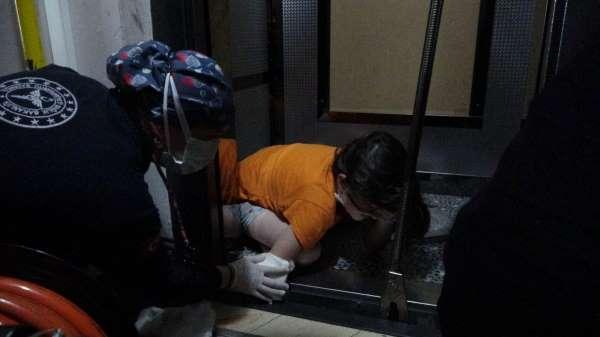 Asansörde dehşet anları: 10 yaşındaki kızın kolu asansöre sıkıştı
