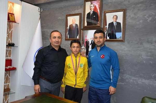 Başkan Sülükten başarılı sporcuya ödül