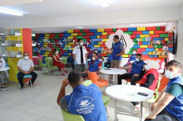 Gönüllü gençler, gençlik merkezinde aşılandılar