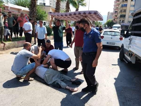Kaza yapan yaralıyı güneşten sünger yatakla korudular