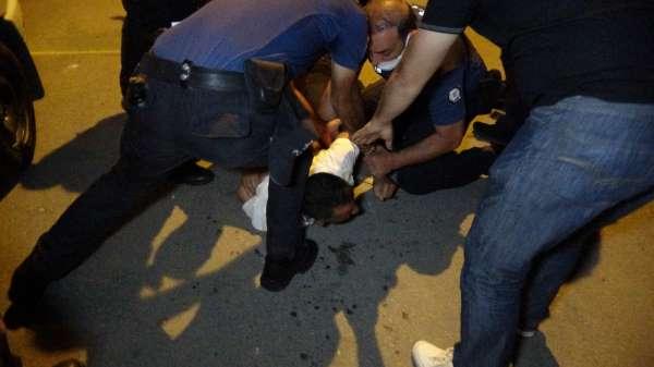 Sokak ortasındaki falçatalı intiharı polis önledi