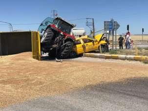 3 kişinin yaralandığı kazada, römorktan dökülen 10 ton buğday karayolunu trafiğe