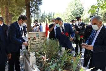 Vali Mahmut Çuhadar ve il protokolünden şehitliğe bayram ziyareti