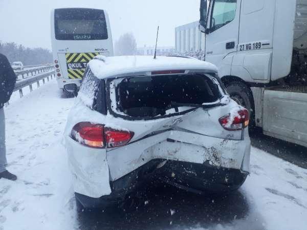 Kar yağışı zincirleme kazaları beraberinde getirdi