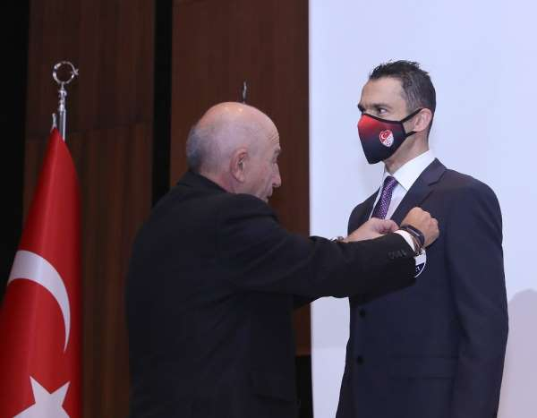 Abdulkadir Bitigen, FIFA Kokartını taktı
