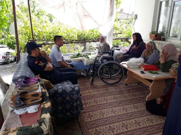 Jandarmadan engelli vatandaşa tekerlekli sandalye