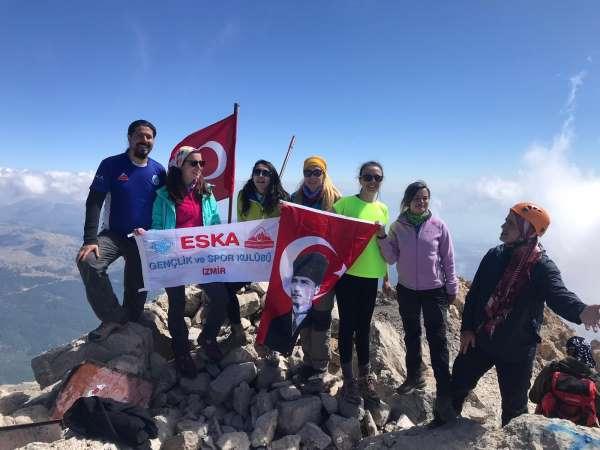 2 bin 998 metrelik Dedegöl dağı zirvesine tırmandılar