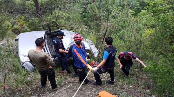 Sinopta virajı alamayan otomobil 80 metrelik uçurumdan yuvarlandı: 1 ölü
