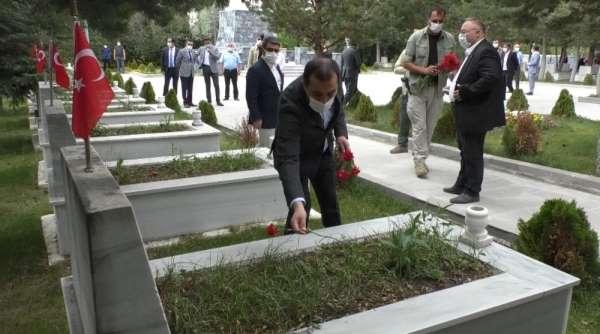 Kars Valisi Türker Öksüz, Şehitliği ziyaret etti