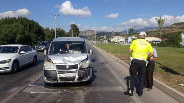 Samsun'da kamyonet kırmızı aşıkta bekleyen otomobile çarptı: 2 yaralı