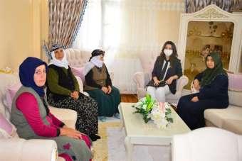 Vali Hüseyin Öner'in eşi Zehra Mine Öner, Şehit İnan Akçam'ın ailesini ziyaret e