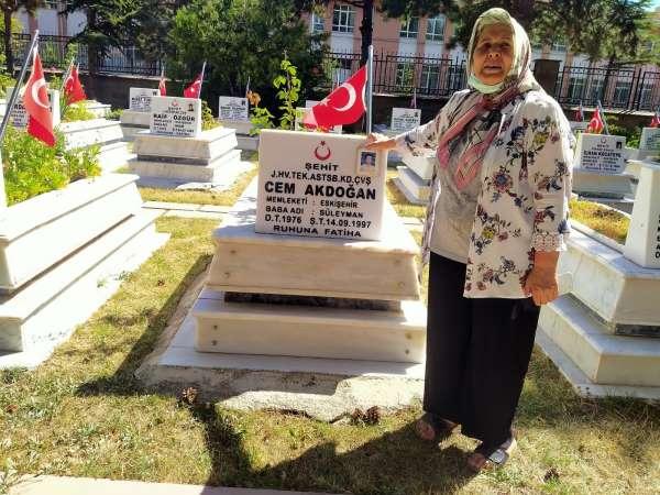Şehit oğlunun mezarına 24 yıldır toz kondurmuyor