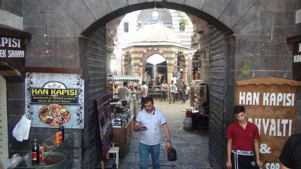 Terörün yerini huzura bıraktığı Diyarbakırda tarihi mekanlar dolup taştı