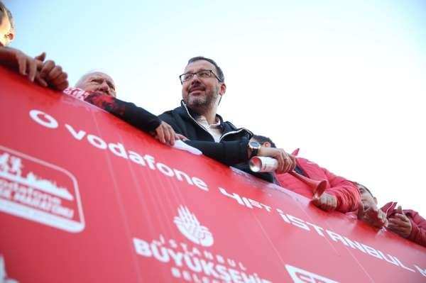 Bakan Kasapoğlu, maratonun startını 21 şampiyonla verdi