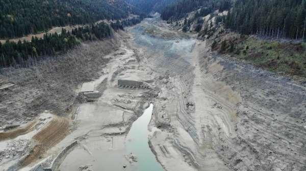 Suların çekildiği baraj havadan görüntülendi