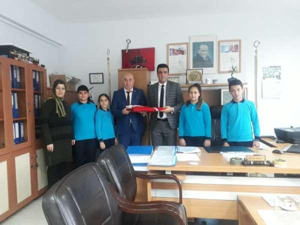 Şehit kardeşinden okula dev Türk bayrağı