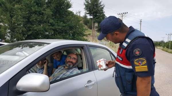 Jandarma trafik denetiminde kandil simidi dağıttı