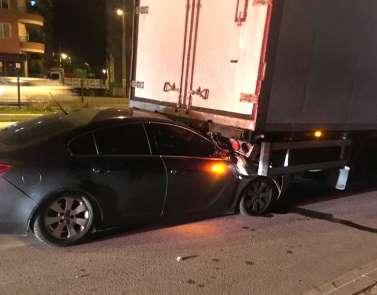 Otomobil TIR'a ok gibi saplandı : 2'si ağır 4 yaralı