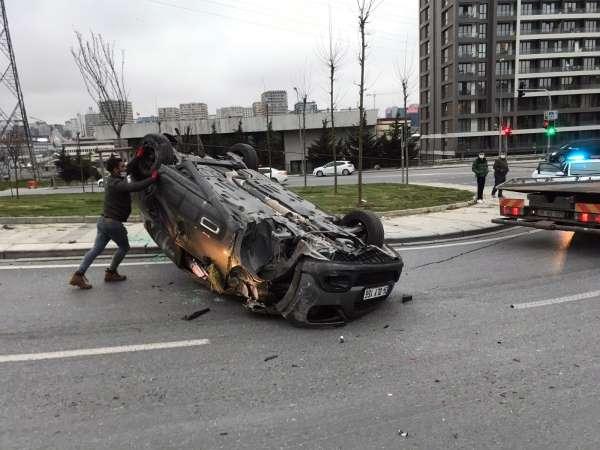 Küçükçekmecede bir araç takla attı, sürücü ve yolcu kaza yerinden kaçtı