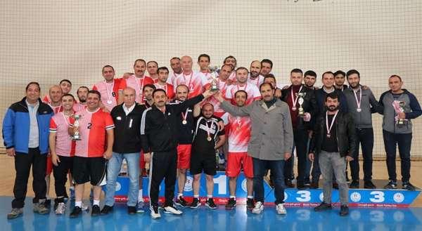 Erzincan'da kurumlar arası voleybol turnuvasının şampiyonu Milli Eğitim oldu
