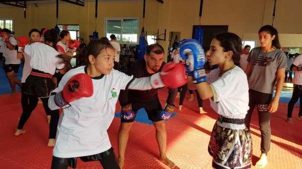 Muay Thai'nin dünya yıldızı, genç sporcularla idman yaptı