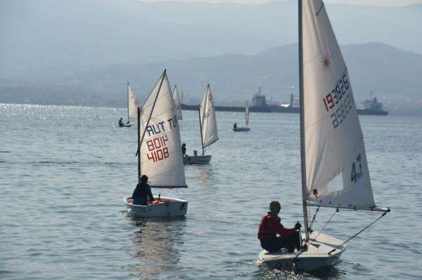 Yelkenliler İzmit Körfezi'nde kıyasıya yarıştı