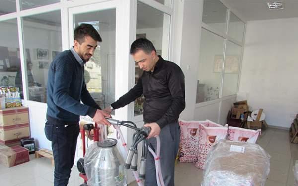 Kavak'ta sığır yetiştiricilerine süt sağım makinesi dağıtıldı