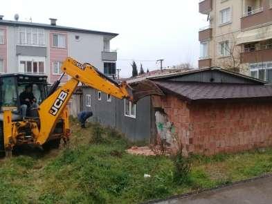 Körfez'de vatandaşların şikayet ettiği bina yıkıldı