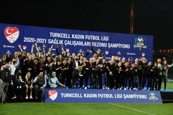 Kadınlar Ligi şampiyonu Beşiktaş kupasını aldı