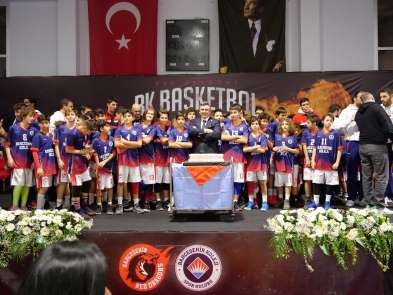 Bahçeşehir Koleji Basketbol Takımı, İzmir'de öğrenciler ve altyapı oyuncularıyla