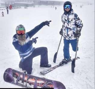 Tek bacağı ile kayak yapan genç, azmiyle engellilere örnek oluyor