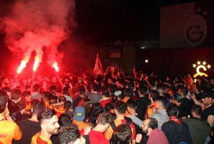 Galatasaray kafilesi tesislere geldi