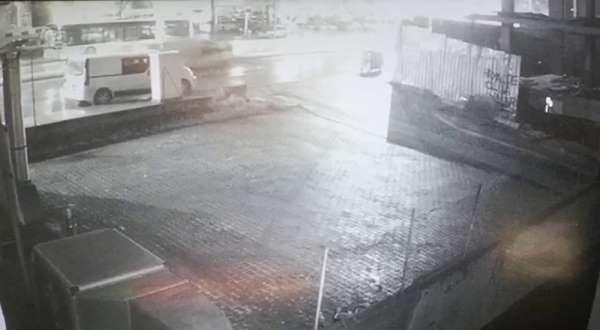 Kamyonetin çarptığı kadının havaya savrulduğu kaza anı kamerada