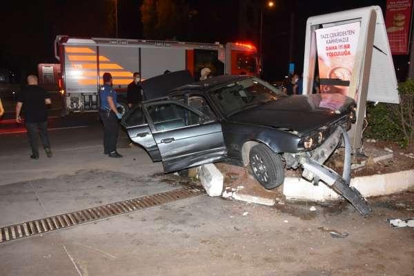 İzmirde nefes kesen kovalamaca: Polis otosuna çarpıp kazaya sebebiyet veren şüpheli gözaltında