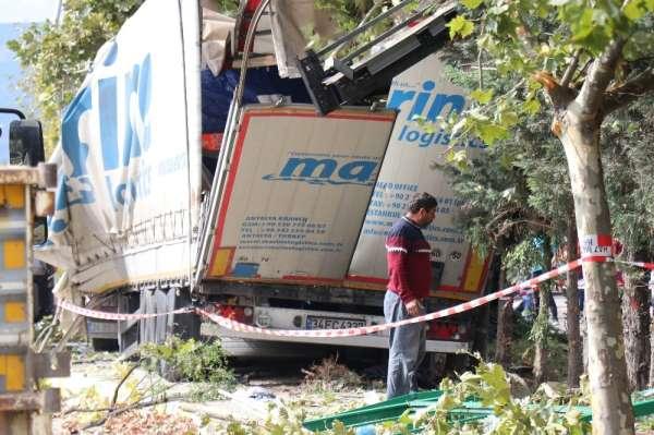 Tırın yolcu durağını biçtiği kaza: 2 ölü, 3 yaralı