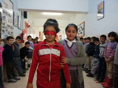 Minik öğrenciler, engellilerin karşılaştıkları zorluklara dikkat çekti