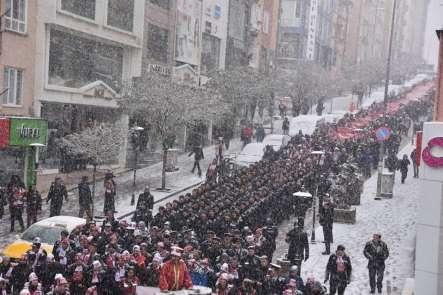 Lapa lapa yağan karın altında Sarıkamış Şehitleri için yürüdüler